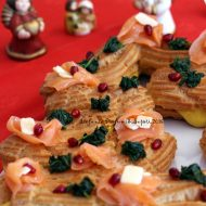 Albero di bignè con crema al parmigiano e salmone