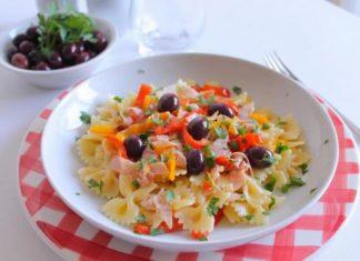 farfalle al pesto di sedano con scalogno, prosciutto cotto e olive