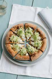 pizza con salsiccia di pollo, cetrioli e salsa tzatziki